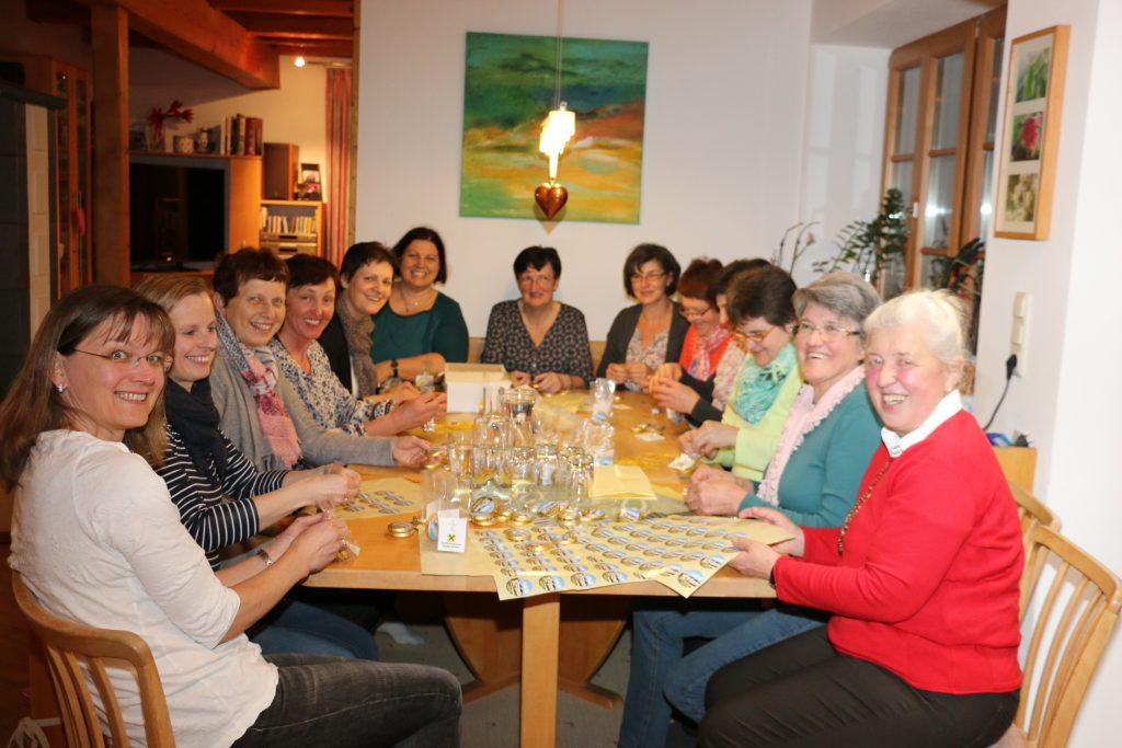 """Mütterrunde beim Etikettieren der """"dorfHAUS-Taler"""""""